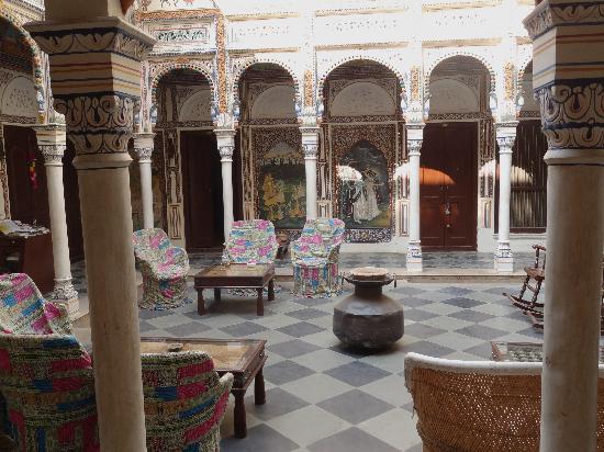Hotel Mandawa Haveli: courtyard