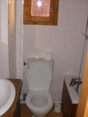 Chalet Bon Vie : The bathroom with robes !