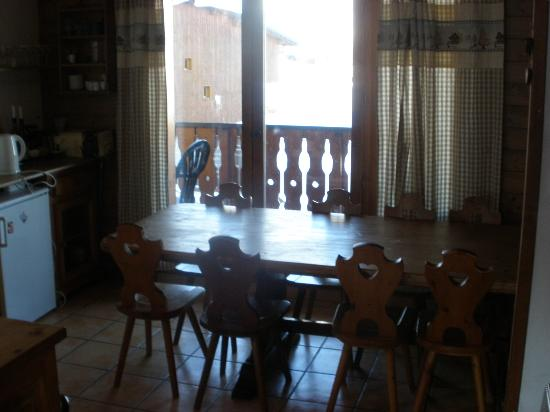 Chalet Bon Vie : Dining Table with view to Balcony