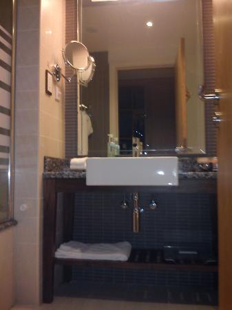 Amwaj Rotana: Bathroom
