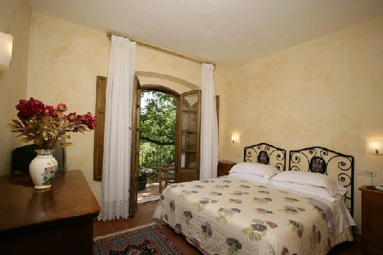 Villa Acquaviva : la camera da letto di una suite con terrazzo