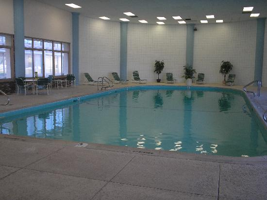 Red Roof PLUS+ Boston - Woburn: The hotel´s heated pool.