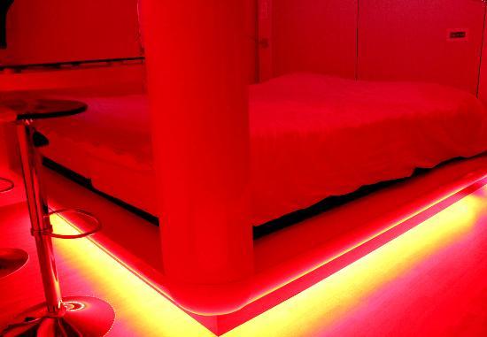 Qbic Hotel Amsterdam WTC: LED Bed