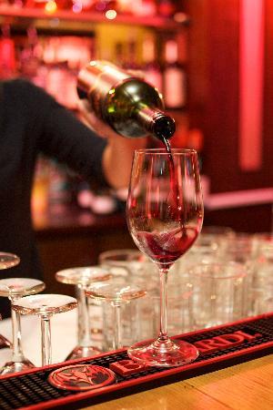 Edoardo's: Wine pour