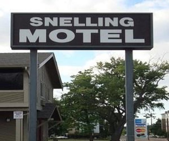 Snelling Motel: Motel Huge Sign