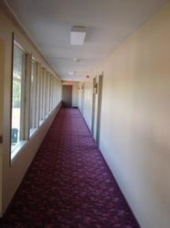 Snelling Motel: Good Looking Hallway