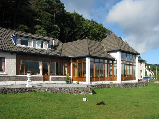 Crosshaven, Irlanda: Voorzijde hotel, gezien vanaf de weg