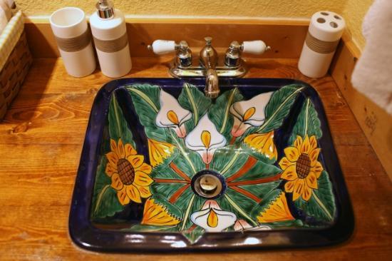 Globetrotter Lodge: Hand-painted wash basin