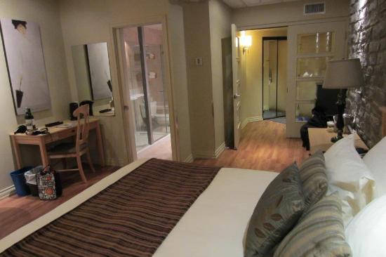 Hotel du Vieux-Quebec : Chambre spacieuse avec vestibule coupe son