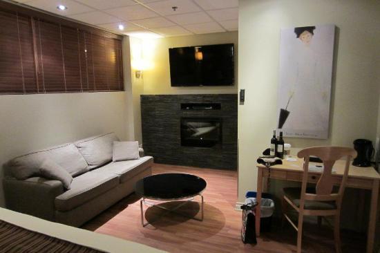 Hotel du Vieux-Quebec : Vue sur le coin salon avec télé et foyer