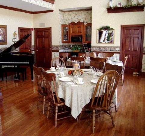 Carlisle Country Inn: Spacious dining area for home-style breakfasts.