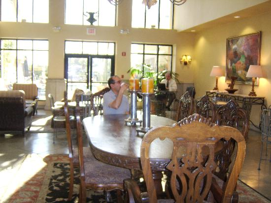Hampton Inn and Suites Tucson-Mall: lobby 'great breakfast'