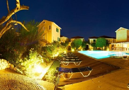Alkyon Apartments & Villas Hotel: Alkyon in the evening