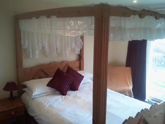 The Bear Inn and Burwash Motel: Four Poster Bedroom
