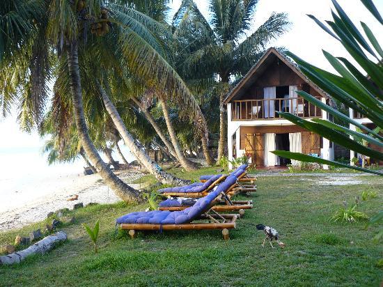 Hotel Eco-Lodge Ravoraha : Les lits bain de soleil face à la mer
