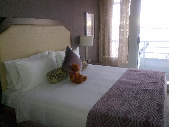 Pinnacle Hotel At The Pier: The bed - harbour suite