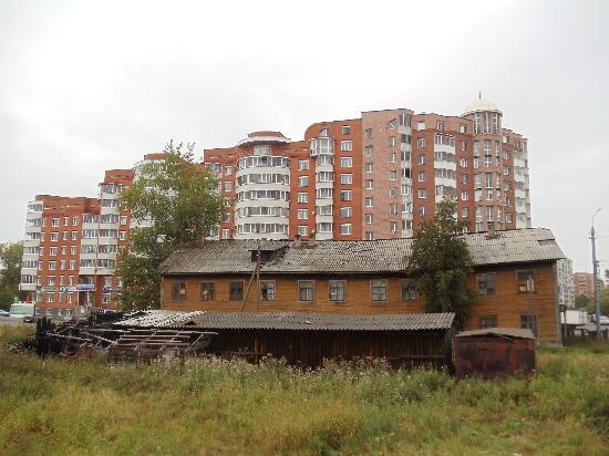 Meridian Hotel : жилые дома возле гостиницы
