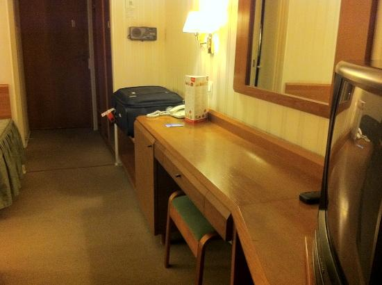 Moscow Hotel: Desk in room
