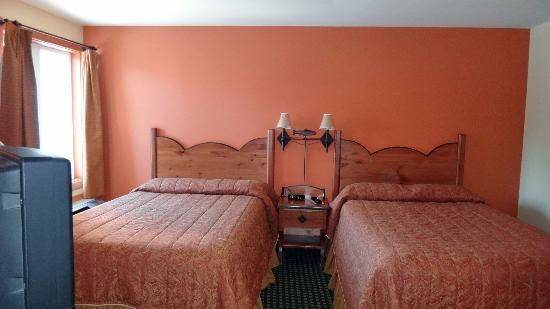 Lodge De La Montagne: bedroom with 2 queen beds