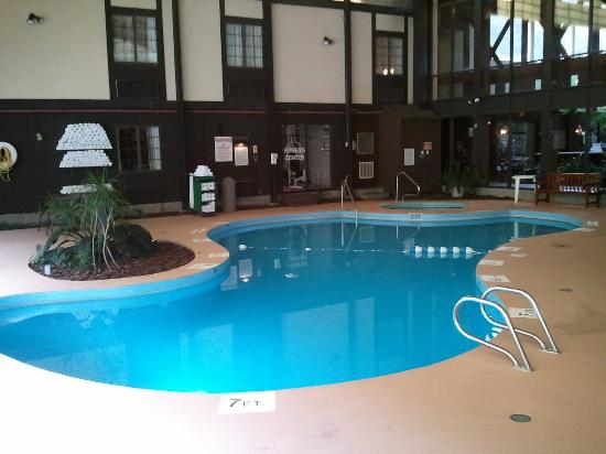 Fireside Inn & Suites: Pool and hot tub