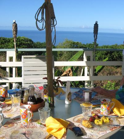 Hale Ho'ola B&B: Breakfast on the deck