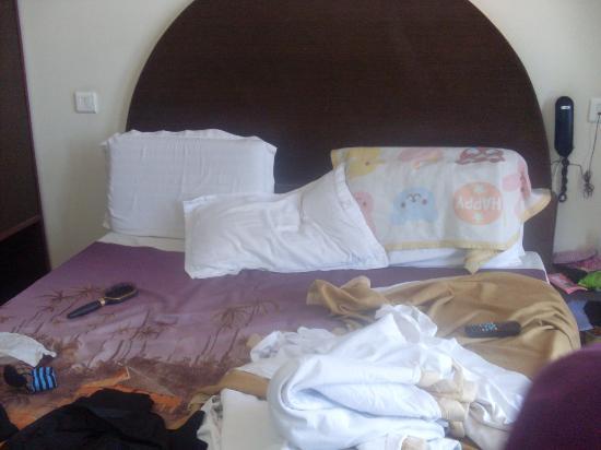 Kapil Hotel: comfy bed n good comforter..enough for two