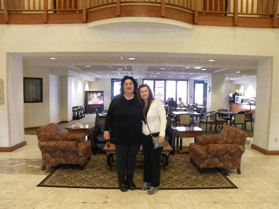BEST WESTERN Coyote Point Inn: Hotel lobby with best friend Teri