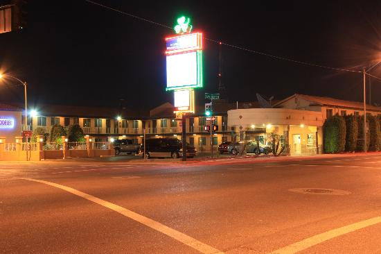 Americas Best Value Inn - Downtown Phoenix: hotel in night