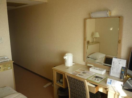 Karasuma Kyoto Hotel: desk