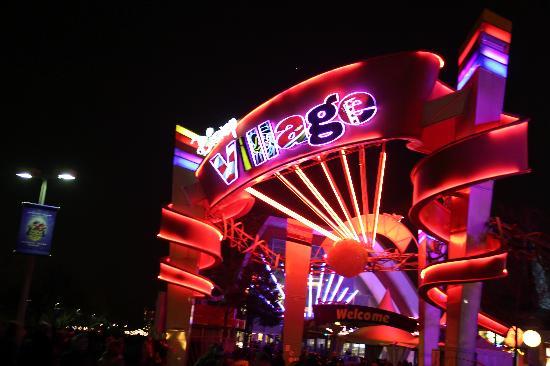 Taman Hiburan Disneyland Park: Shopping at Disney Village