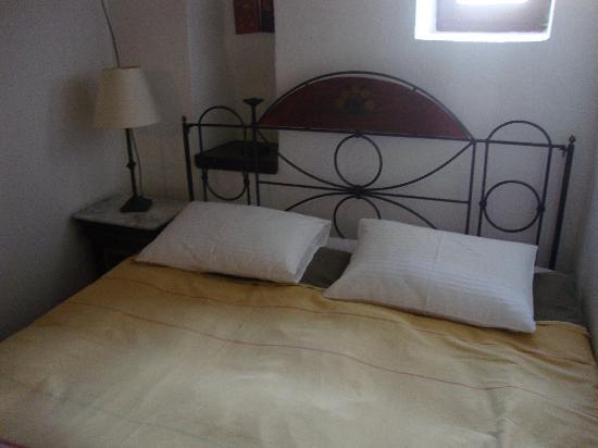 Spitakia Hotel: The bed