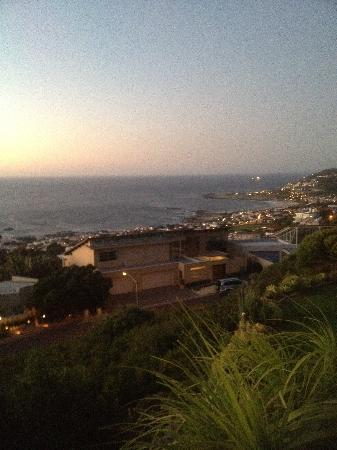 Bateleurs Rontree Bed & Breakfast: Sunset overlooking the African room