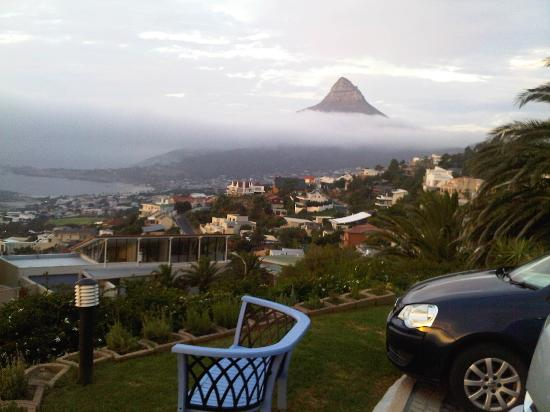 Bateleurs Rontree Bed & Breakfast: Lion Head covered with clouds