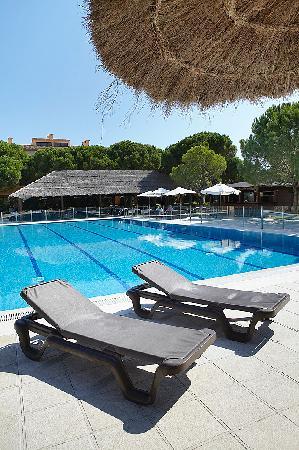 La Costa Golf & Beach Resort: Hamacas piscina