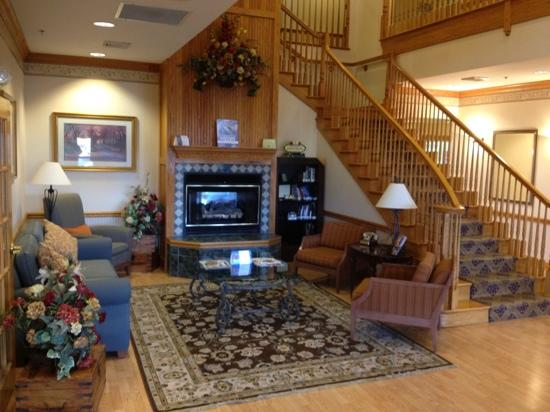 Country Inn & Suites by Radisson, Cincinnati Airport, KY: They have a very cozy lobby!
