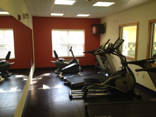 Country Inn & Suites By Carlson, Cincinnati Airport: This is the newly remodeled fitness center.