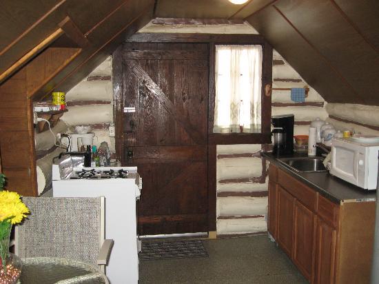 Leber's Log Cabins: Kitchen