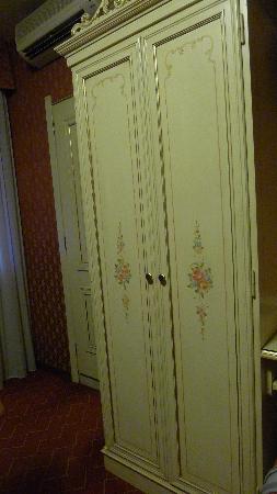 Hotel Mignon: wardrobe