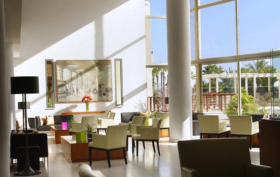 Golden Bay Beach Hotel: Lobby