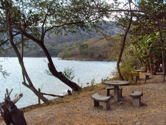 Apoyo Lodge: Little tables for lounging