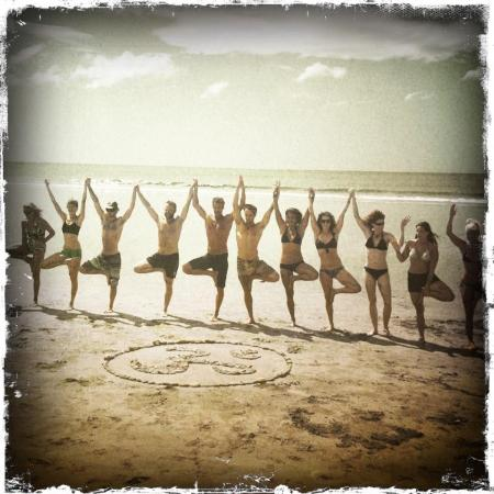 Hotel Punta Teonoste: Yoga group on beach