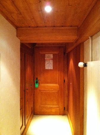 Hotel Olden: hallway in room