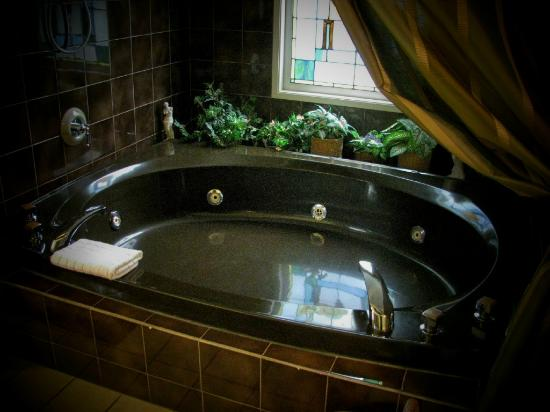 Harrison Heritage House and Cottages: Jacuzzi