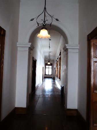 Former Nippon Yusen Kaisha Otaru Branch: 2階廊下/手前は貴賓用、向こうは一般