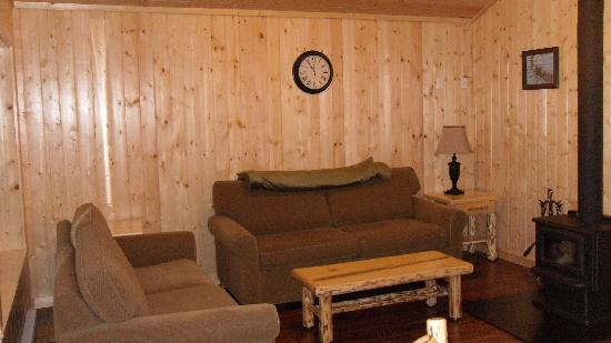 Sunshine Valley RV Resort & Cabins: Living area of cabins