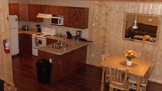 Sunshine Valley RV Resort & Cabins : Full kitchen and dining area