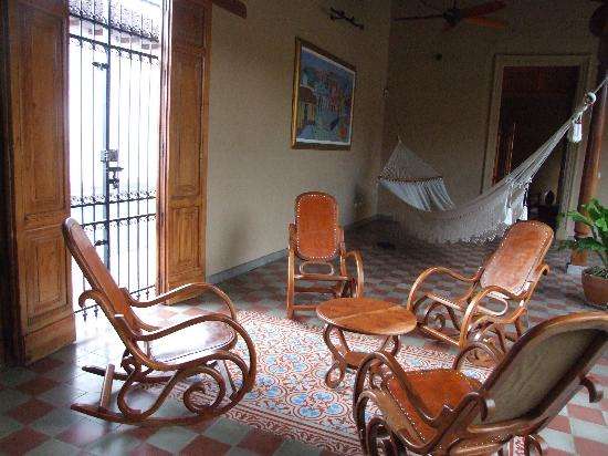Backpackers Inn: 2nd Courtyard and hammock