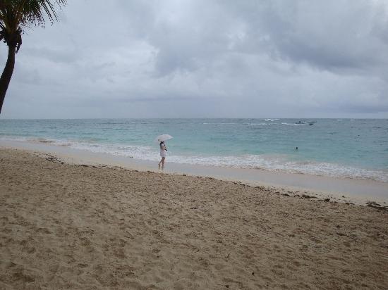 TRS Turquesa Hotel: playa solitaria, bajo la lluvia.