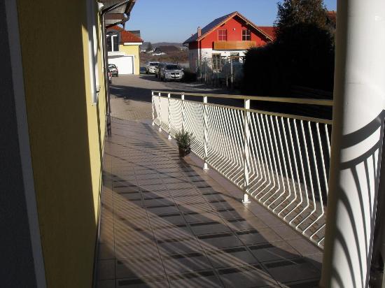 Garni Hotel Villa Tamara : Rear entrance ramp