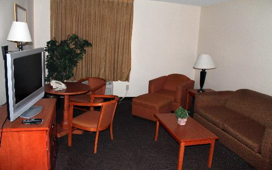 Country Hearth Inn & Suites: Two Room Suite